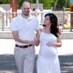 美しい妊娠中の女性と彼女の夫 — ストック写真