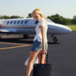 The girl with luggage going to plane — Stock Photo