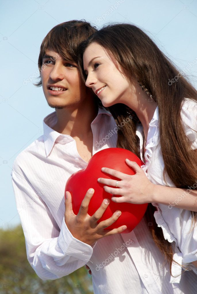Young couple in park — Stock Photo #1950187