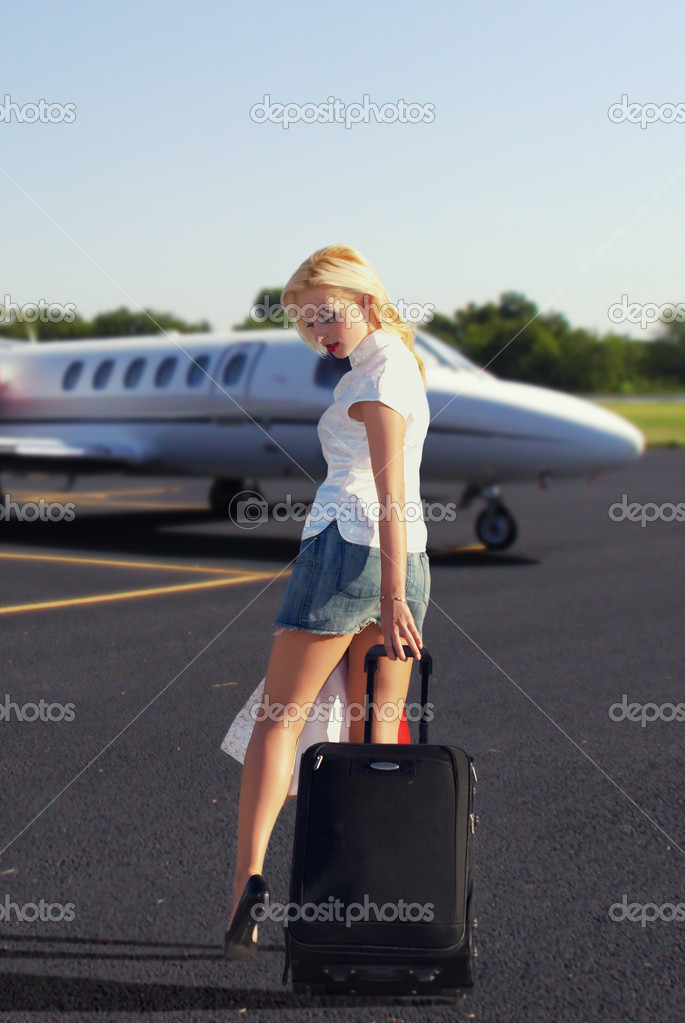 The girl with luggage going to plane — Stock Photo #1950213