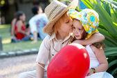 Jeune couple sur avenue dans le parc — Photo
