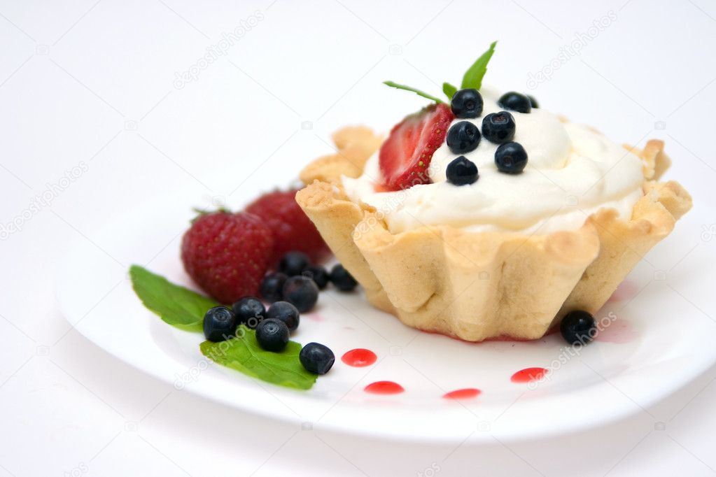 Delicious tart with berries and mascarpone cream decorated with blackberry — Stock Photo #1748053