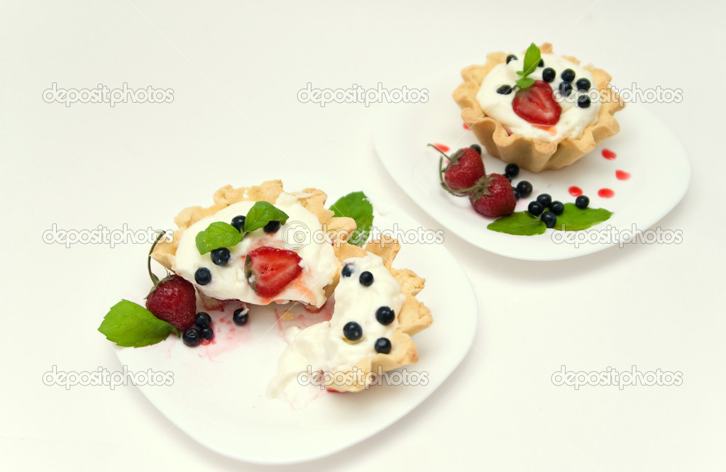 Delicious tarts with berries and mascarpone cream decorated with blackberry — Stock Photo #1748154