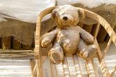 игрушка плюшевый медведь и слайд с снег покрытие — Стоковое фото