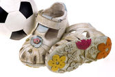 Zapatos de bebé de fútbol y pelota sobre fondo blanco — Foto de Stock