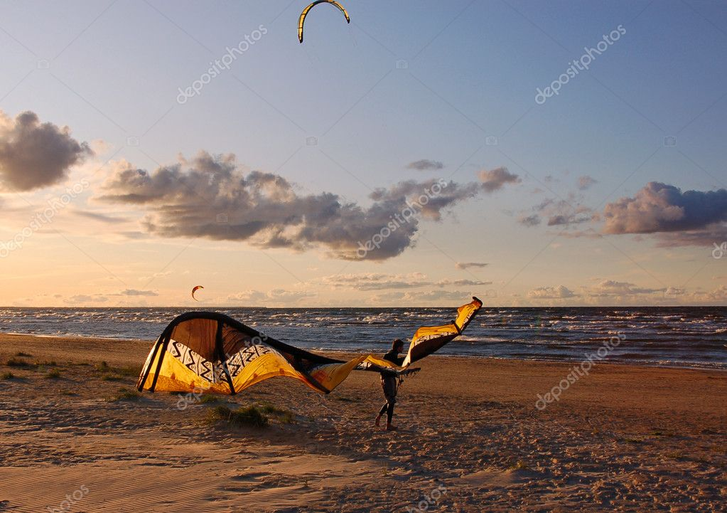 Man with the fallen kite — Stock Photo #1744265