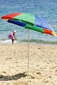 Rozłożony parasol na plaży — Zdjęcie stockowe