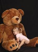 Mooi meisje met grote beer — Stockfoto