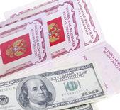 パスポートとスタックの私たちのお金 — ストック写真