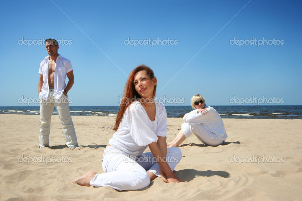 Happy friends on the beach — Stock Photo #1789163