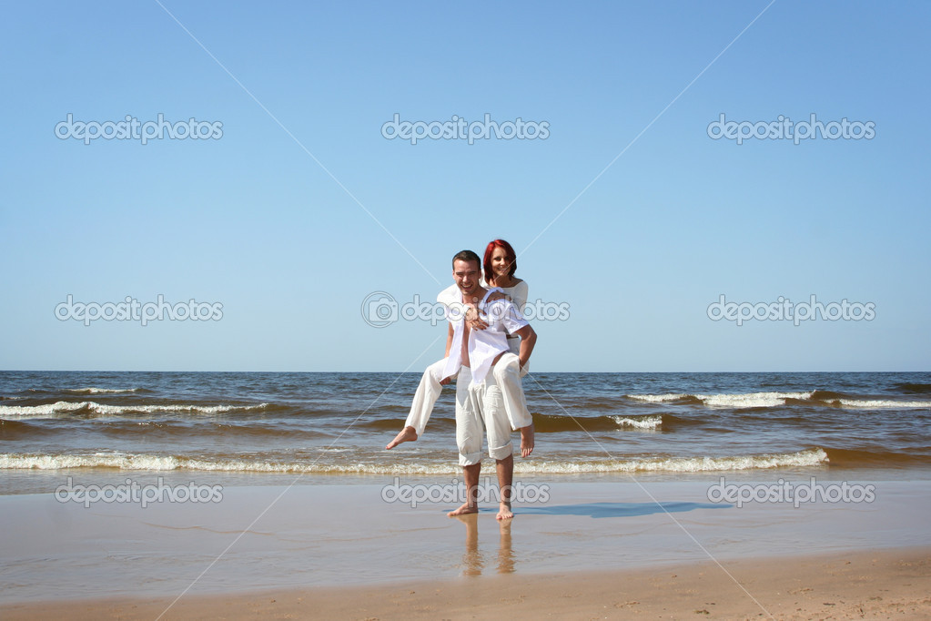 Beautiful yound couple relaxing on the beach — Stock Photo #1790096