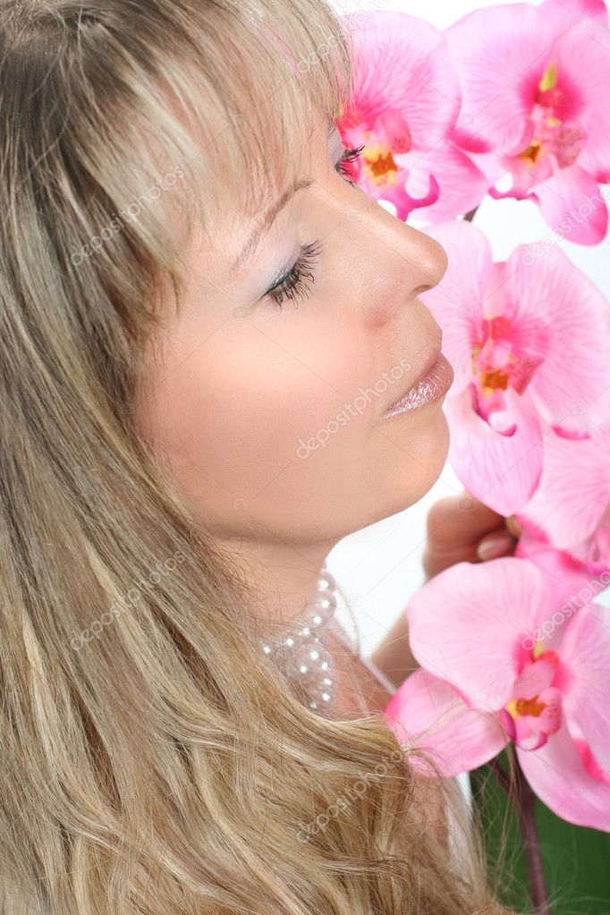 Beautiful woman with yellow roses — Stock Photo #2318601
