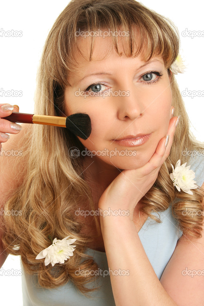 Beautiful adult woman applying make-up — Stok fotoğraf #2558800