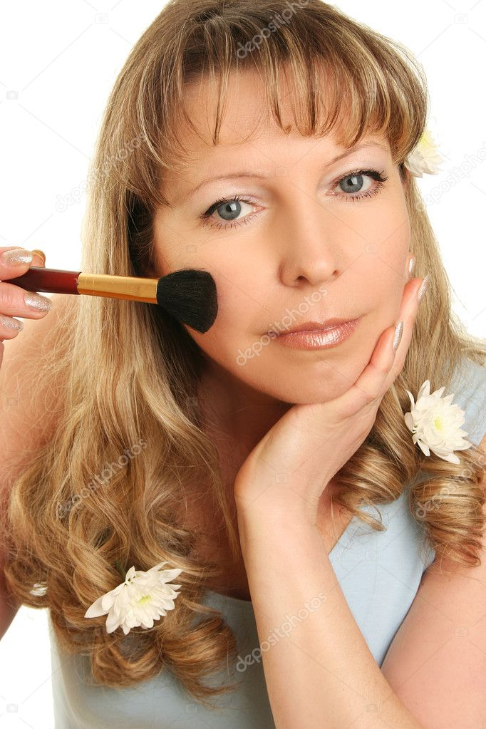 Beautiful adult woman applying make-up — Stockfoto #2558800
