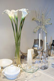 Table decorated with calla lily — Stock Photo