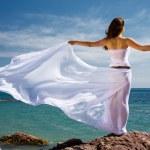 女性と海のビーチ — ストック写真
