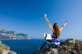 Woman with laptop and sea — Stockfoto