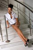 Mulher na escada — Fotografia Stock