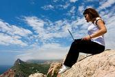 Frau mit laptop und natur — Stockfoto