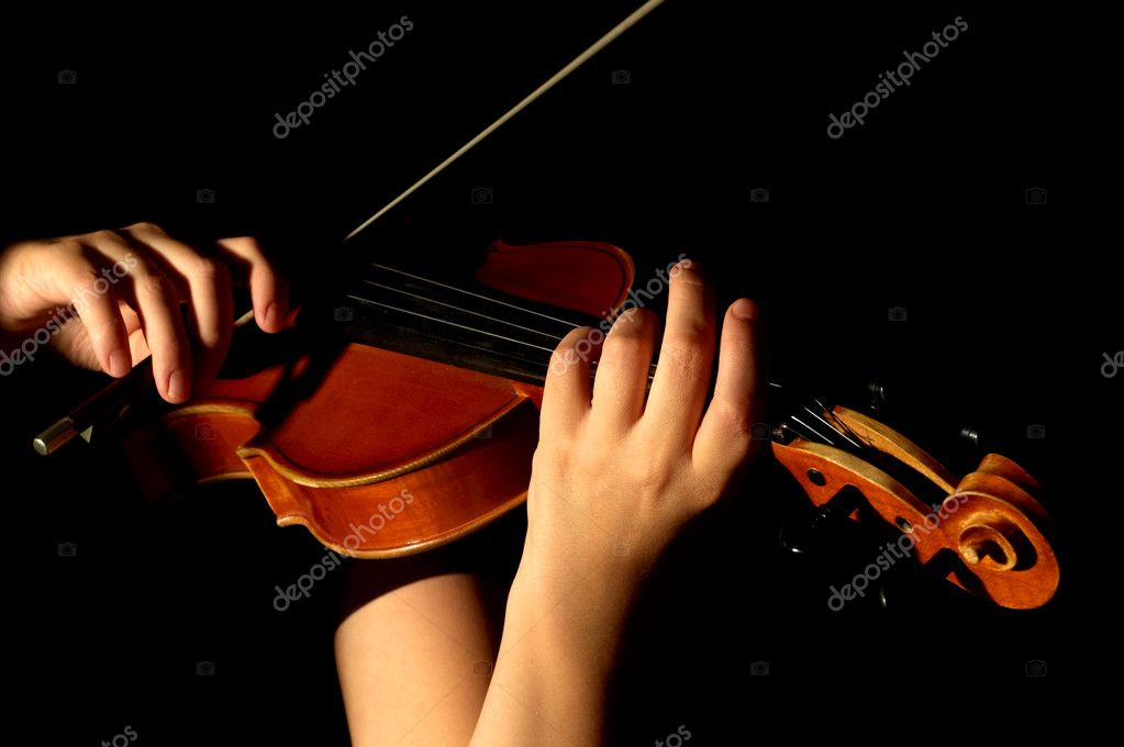 Musician playing violin isolated on black — Foto Stock #2042459