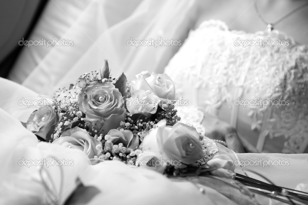 Bride and wedding bouquet, bw photo — Stock Photo #1819840