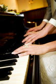Couple playing piano — 图库照片