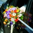 Bride looks out of the car — Stockfoto