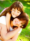 Mother and daughter in park — Stockfoto