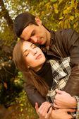 Linda pareja en el parque otoño — Foto de Stock