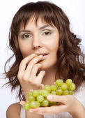 Woman with green grapes — Stockfoto