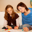 Mother and her daughter drawing. — Foto Stock