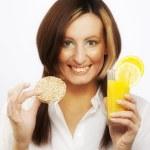 jovem mulher bebendo suco de laranja — Foto Stock