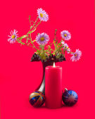 Candle spheres and bouquet in black vase — Stock Photo