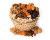 Suchych owoców w koszu — Zdjęcie stockowe