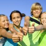quattro giovani ragazzi positivi — Foto Stock