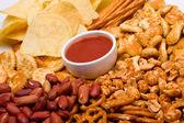 Salta snacks och salsa dip — Stockfoto