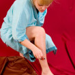 Woman shaving legs — Stock Photo