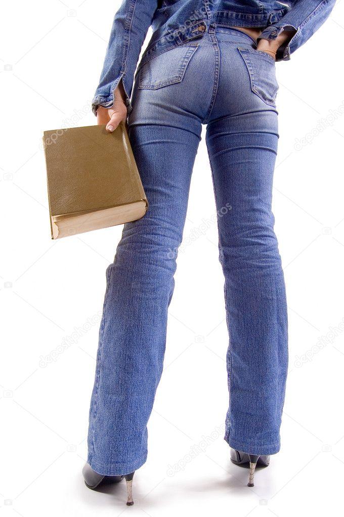 穿着牛仔裤衣服与书