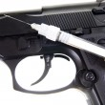 Gun and syringe — Stock Photo