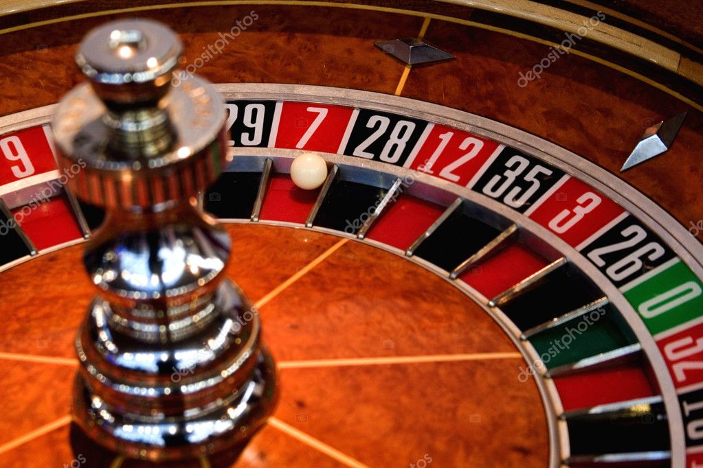 Roulette wheel with ball on 7 — Stock Photo #1990082
