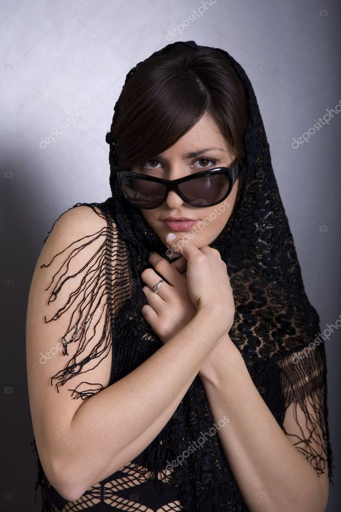 Beautifull woman wearing black scarf and sunglasses  — Stock Photo #2002926