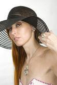 Kvinna i hatt och kostym smycken — Stockfoto
