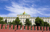Kremlin Palace behind Kremlin wall — Stock Photo