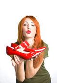 ぴかぴかの赤い靴を持つ女性 — ストック写真