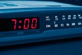Radio budzik. czas się obudzić — Zdjęcie stockowe