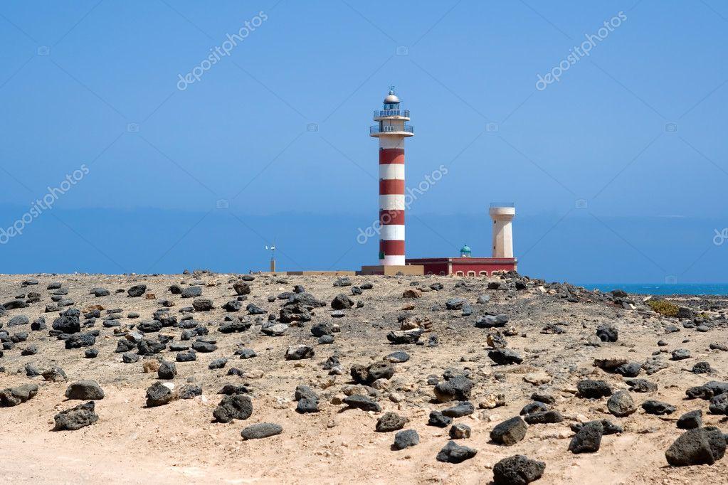 灯塔在白色的沙滩