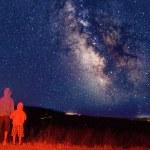 observadores jovens olhar para a Via Láctea — Foto Stock