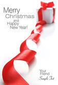 Witte geschenkdoos met rood lint — Stockfoto
