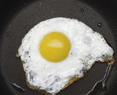 Fried egg in pan — Stock Photo