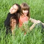 Kızlar yeşil çimen — Stok fotoğraf